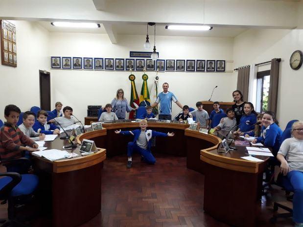 Câmara de Vereadores recebe visita de alunos da EMEF Ipiranga